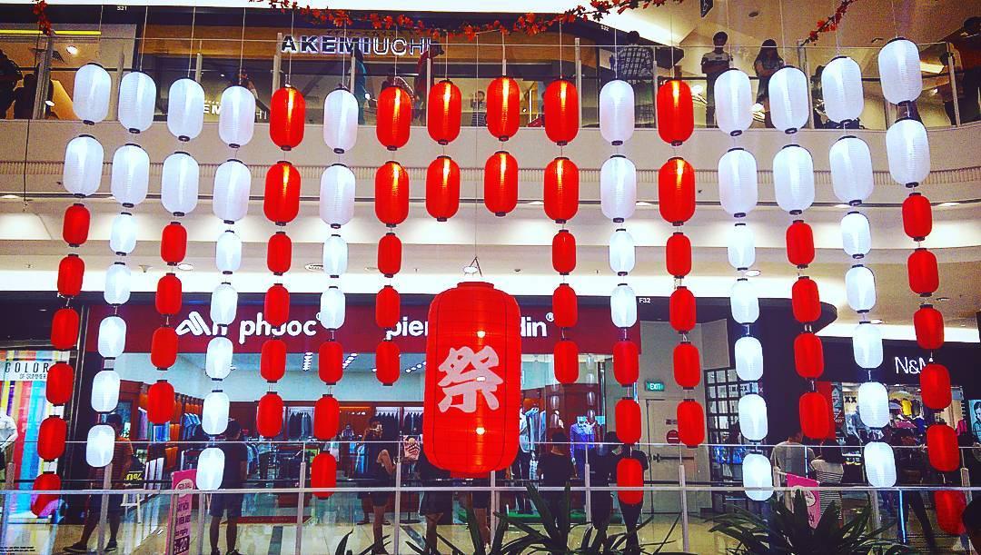 Lồng đèn nhật bản được gắn điện tại một trung tâm thương mại